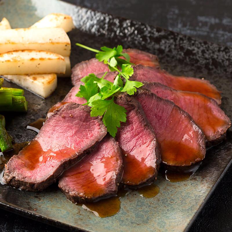 うまみがぎゅっと閉じ込められた北海道産牛のローストビーフ