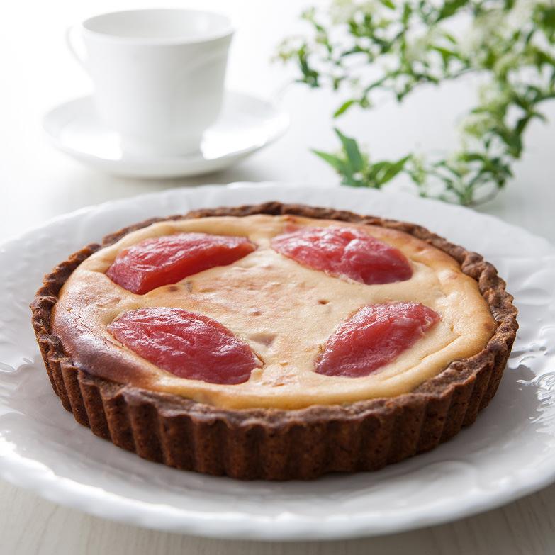 紅の夢のチーズケーキ 有限会社たかえん 秋田県 赤いりんごがごろん。フランス産チーズの濃厚さとりんごの酸味がマッチ