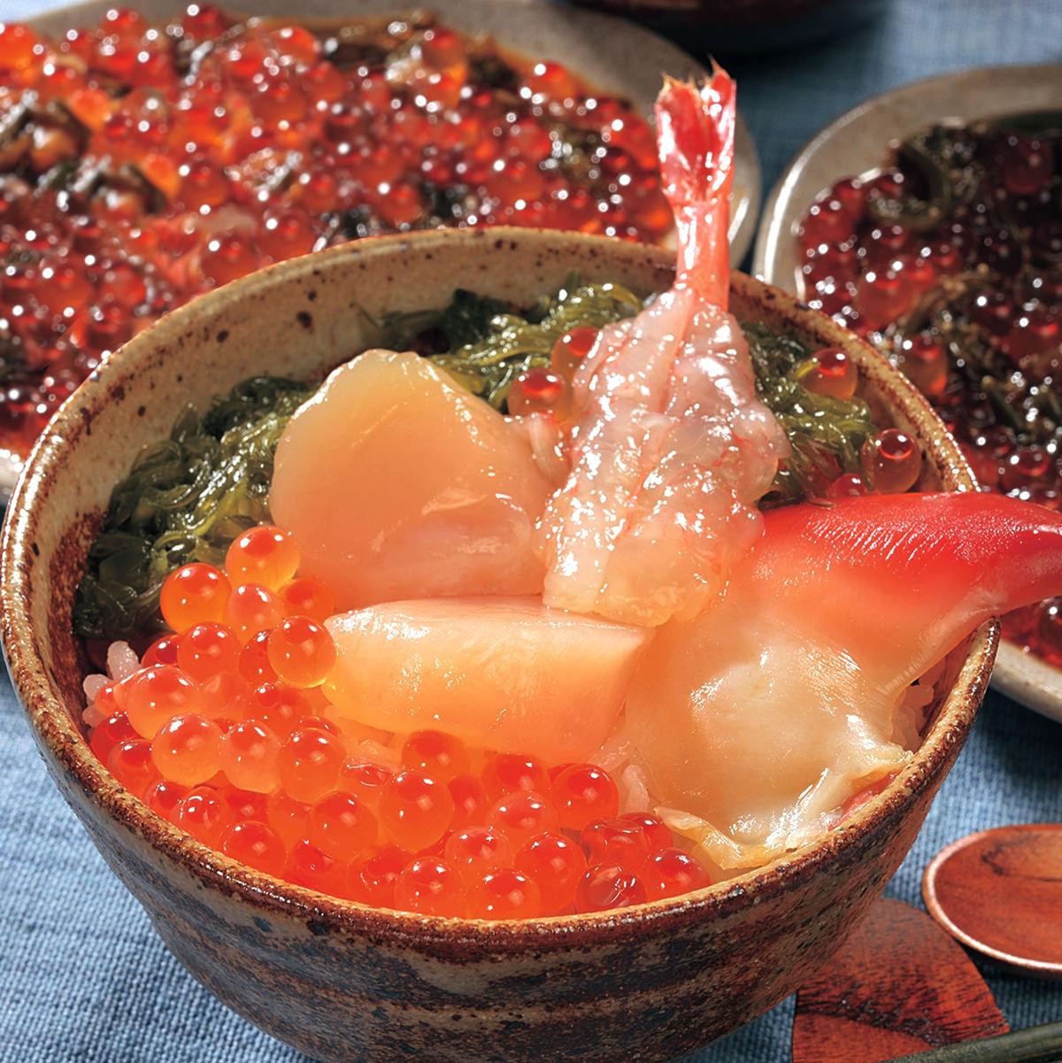 新鮮な海の幸を特製タレに漬け込みました。海鮮丼セット 川秀・岩手県