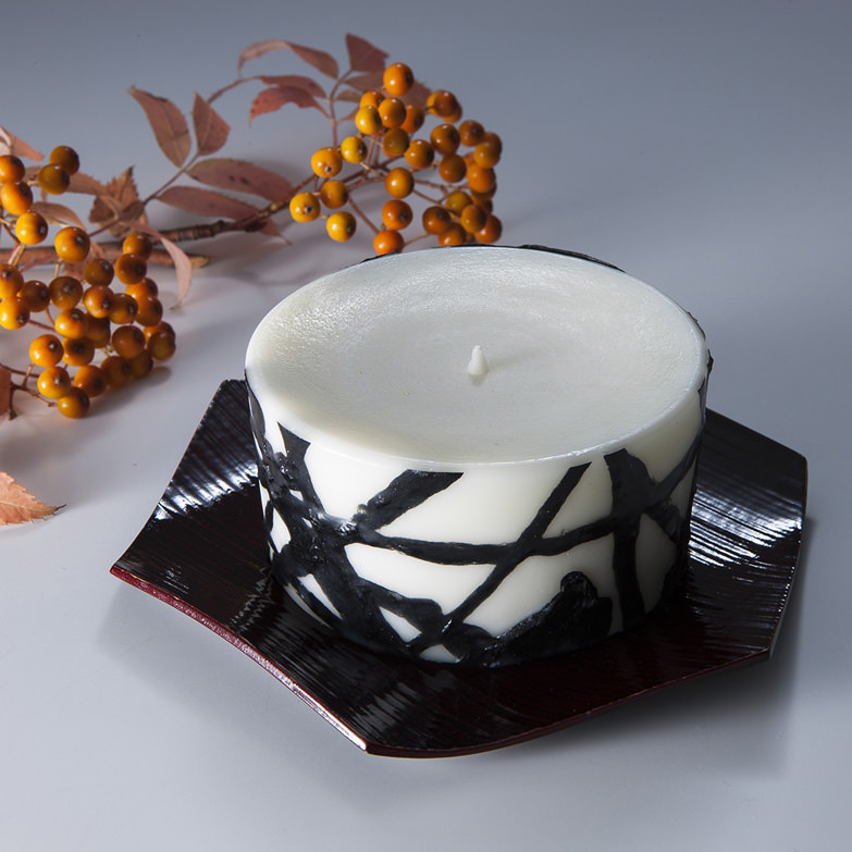 和ろうそく 灯之香(龍黒) Φ10cm×H5_ 小大黒屋商店 福井県 長年の伝統を継承しつつ、現代生活に彩りを添えるデザインに仕上げました