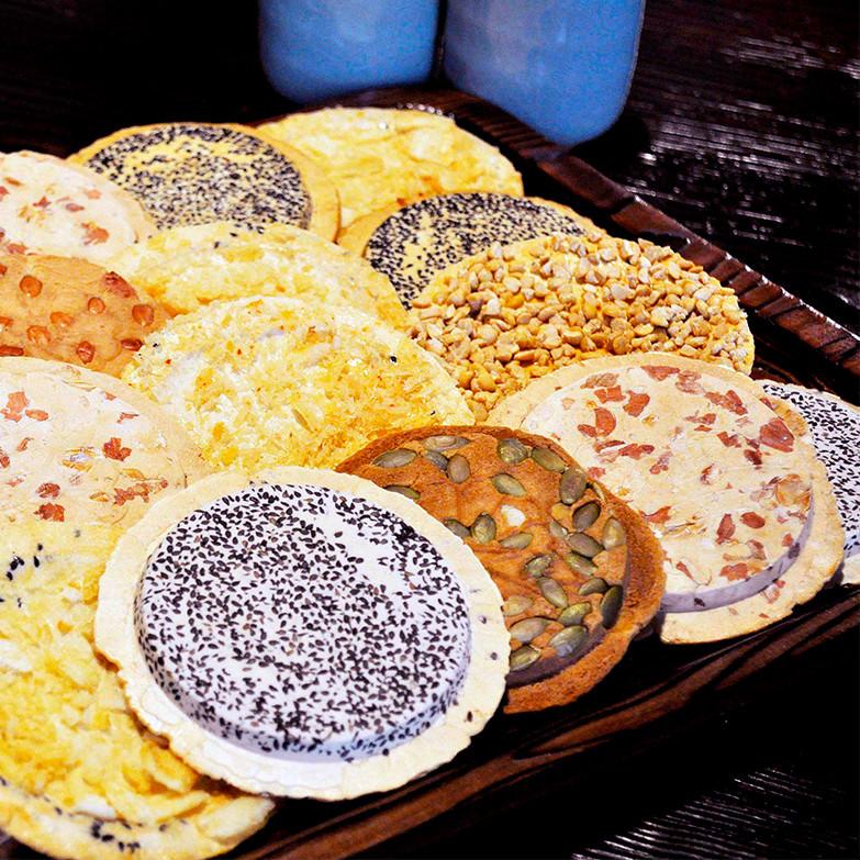 段重ね 株式会社小松製菓 岩手県 全部で18種類の南部せんべいをセットにしました。