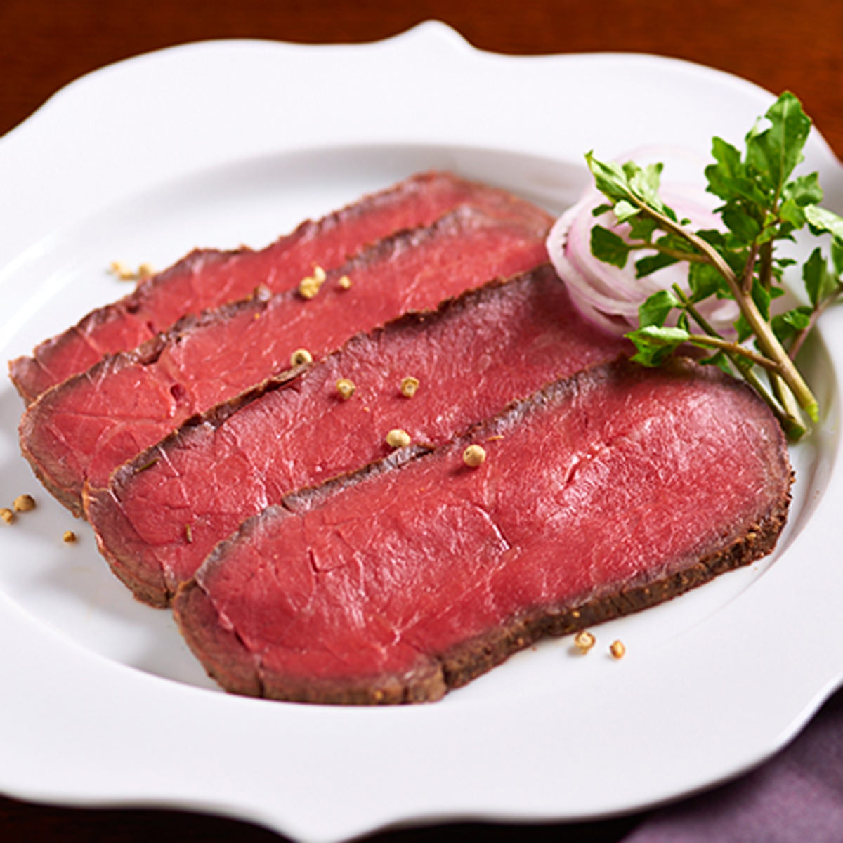 さの萬 冷蔵 さの萬牛 熟成ローストビーフ 桐箱 風呂敷包み〔モモ肉500g・生わさび・自家製ソース〕