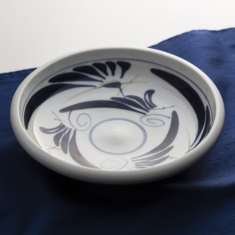 草七寸深皿 陶彩窯 愛媛県 白磁に藍色模様が描かれた砥部焼ならではのシンプルで味わいのある作品。