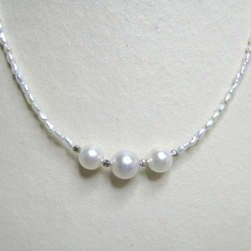 伊勢志摩 希少価値の高い あこやケシと本真珠3個付プチネックレス〔全長約42cm〕