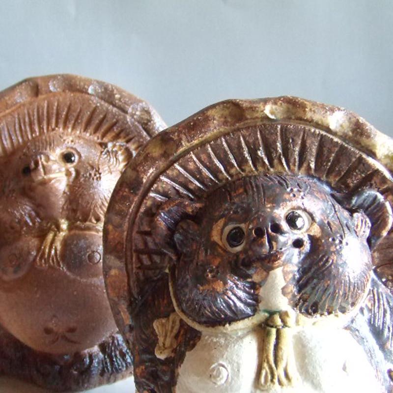 愛らしい姿の縁起物 信楽焼のたぬきの置き物 中村陶器 手づくり狸〔横幅15cm×奥行12cm×高さ18cm〕