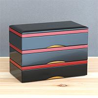 800年の伝統に支えられた漆器の重厚感に、使いやすさをプラス。現代的な漆器重箱 長角三段重トレー付 川連塗 寿次郎・秋田県