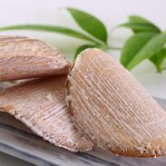 臼杵の「臼」の字に沿って曲げて焼いた素焼き煎餅に、生姜糖を一枚一枚手塗りして仕上げた歴史ある煎餅。臼杵煎餅・曲 後藤製菓・大分県