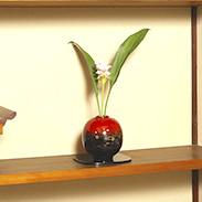 思わずさわりたくなる美しく愛らしい花器・輪島塗花器 球形 塩安漆器工房・石川県