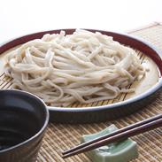 ほんべつ黒豆うどん 有限会社源すし 北海道 本別産黒豆を十勝産小麦に練りこんで作った風味豊かなご当地うどん。
