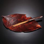 何枚も重ねた和紙に何度も漆を塗り重ねた軽くて強度のあるお皿。遊び心に心ほころぶ漆皿 落ち葉 つがる漆スピリット・青森県