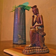見ているものの心を落ち着かせる 弥勒菩薩(木彫彩色) | 株式会社謙信・東京都