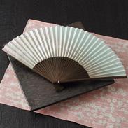 300年の伝統を受け継いだ近江扇子 桜(青・肌)7.2寸