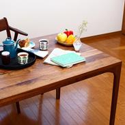 シャープなデザイン フェイムダイニングテーブル