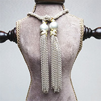 エリズ・オリジナルデザイン  フリンジ付きロングネックレス  ホワイト×ゴールド