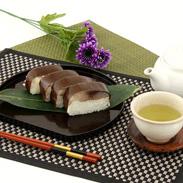吉野桜のチップで燻し、冷凍熟成 燻し鯖寿司