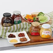青森県物産振興協会会長賞受賞の「りんごみそ」に「りんごバター」と「りんご醤油」をセットにしました。リンゴの調味料セット りんごde食卓(りんごみそ甘口、りんご南蛮味噌、りんごバター、りんご醤油) 株式会社 エイ・ワンド・青森県