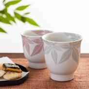 和紙染もみじ文夫婦湯呑(木箱入) 陶彩窯 愛媛県 和紙染の技法で絵付けし、艶消釉によりやわらかい雰囲気に仕上げました。