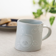 いっちん椿マグカップ 陶彩窯 愛媛県 歪んだユニークなフォルムに凹凸したいっちん盛りの椿文様が特徴。